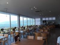 テーブル席82席、テーブルの高さ67cm