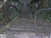 境内前の階段、手すりあり