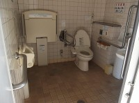 イベント広場多目的トイレ、簡易オストメイトあり