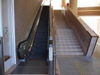 2階正面玄関への階段、エスカレーター