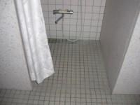 シャワー室入口幅73cm、段差10cm