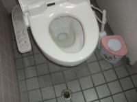 食堂内トイレ入口幅52cm
