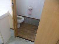 受付事務所のトイレ 入口幅58cm 手洗い高さ75cm