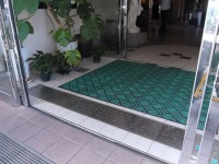 2号館側入口幅143cm