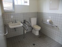 グランド奥トイレ、入口幅80cm