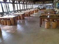 テーブル席の高さ59cm、154席