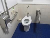入口幅100cm、緊急ボタン(写真はアリーナ内のトイレ)