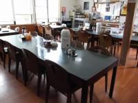テーブル席23席、高さ60cm