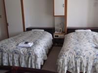 813号室(特別室)入口幅79cm、ベッド高さ52cm