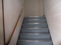 階段幅114cm、手すりの高さ77cm