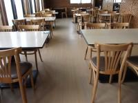 テーブル席140席、高さ67cm、子供用いす有り