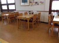 テーブル席50席、高さ61cm