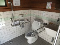 オートキャンプ場横トイレ 入口幅80cm