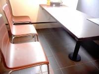 車いす専用席3席、テーブル席9席、カウンター席13席