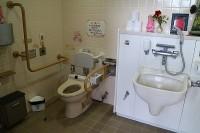 レストラン横トイレ、入口幅84cm
