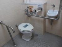 正面建物内のトイレ、便器の高さ44cm