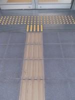 入口幅140cm、入口前点字ブロック