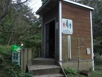 旧キャンプ場のトイレあり(使用されていない様子)