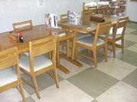 テーブル席36席、高さ66cm