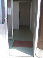 男子トイレ奥が障害者用トイレ
