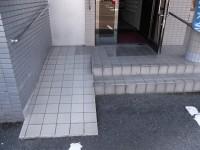 本館入口スロープ幅91cm、傾斜10度