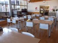 テーブル席28席、高さ67cm