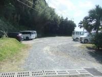 道路向かい側の一般駐車場
