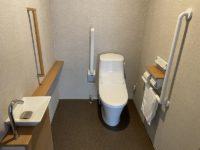トイレ入口幅90cm、手摺可動式