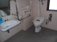 Aフロア障害者用トイレ、便器の高さ46cm